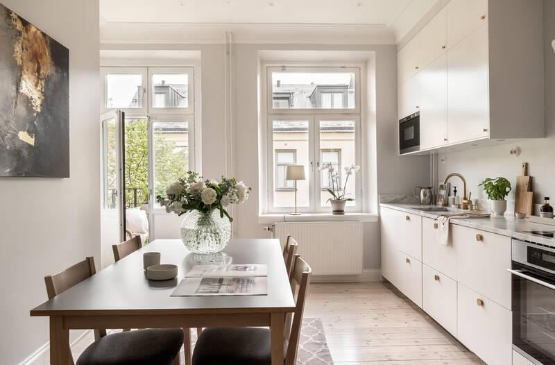 Nestor Fastighetsmäkleri – Upplandsgatan 54E – Sensationellt sekelskifte med balkong i vasastans stå