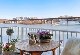 Dubbla balkonger och panoramavy mot Årstavikens glittrande vatten!